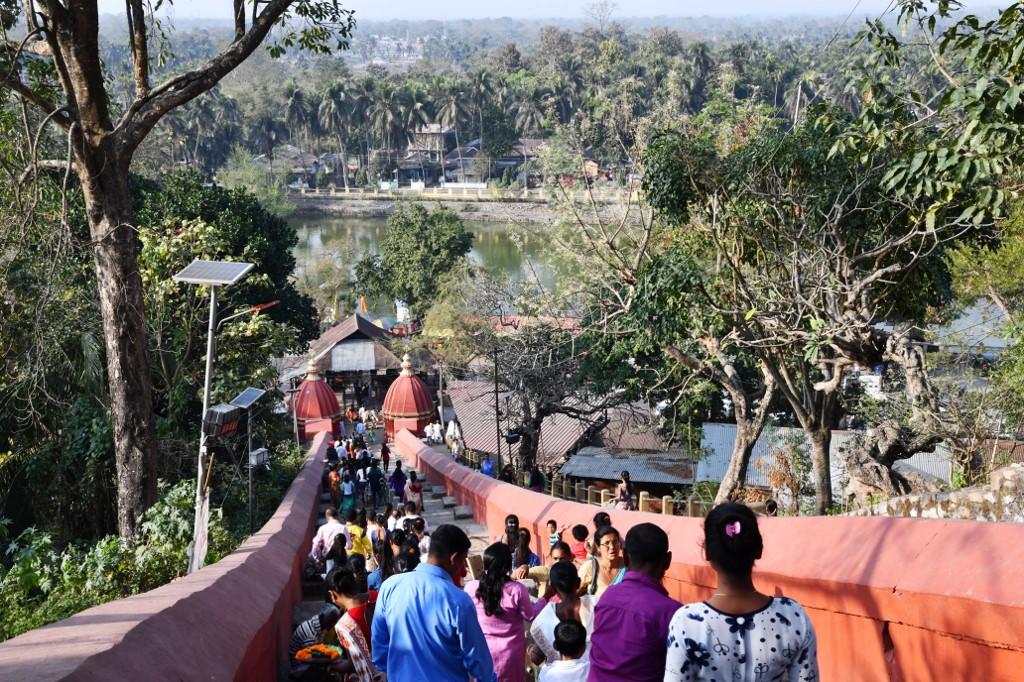 ผู้ศรัทธาไปเยือน วัดฮายาคริวามธวะ  (Biju BORO / AFP)