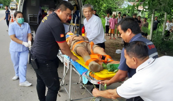 เจ้าหน้าที่กำลังนำร่างผู้บาดเจ็บส่งรักษาที่โรงพยาบาลท่าอุเทน จ.นครพนม