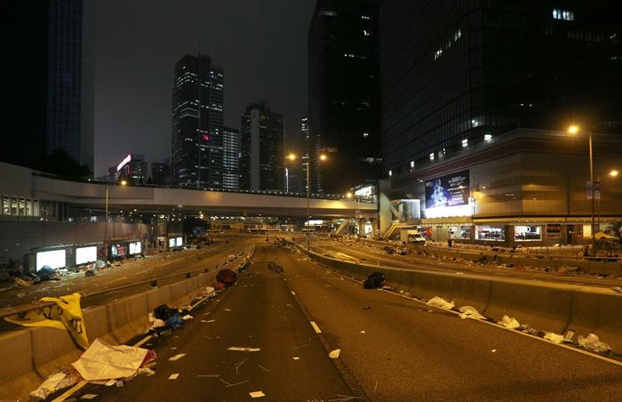ถนนว่างเปล่าเกลื่อนไปด้วยเศษขยะใจกลางฮ่องกงสายนี้ถูกตำรวจปิดกั้น ภายหลังการประท้วงรุนแรง