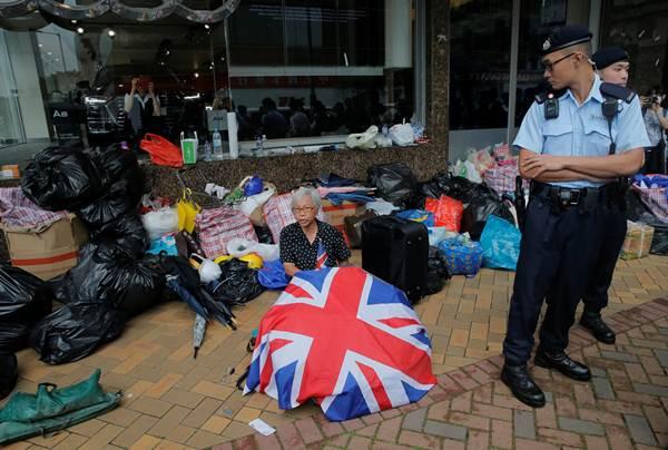 ตำรวจยืนดูผู้ประท้วงฮ่องกงหลังเกิดเหตุปะทะฯ  ภาพวันที่ 13 มิ.ย.2019 (ภาพ รอยเตอร์ส)