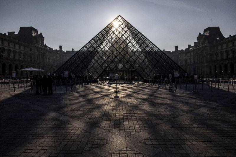 เจ้าหน้าที่รักษาความปลอดภัยปฏิบัติหน้าที่ท่ามกลางนักท่องเที่ยวที่ไปเยือนพิพิธภัณฑ์ Louvre (AFP Photo/Christophe ARCHAMBAULT)