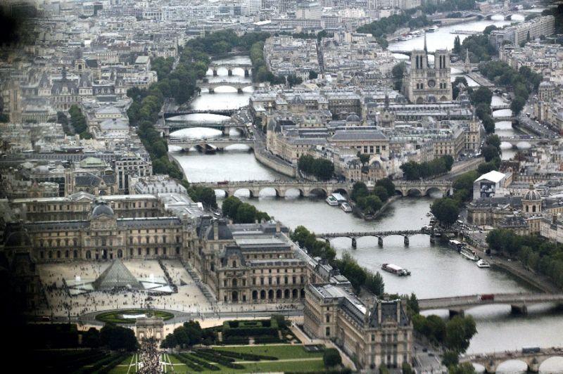 ภาพมุมกว้างของพิพิธภัณฑ์ Louvre (มุมซ้าย)  (AFP Photo/Guillaume Baptiste )
