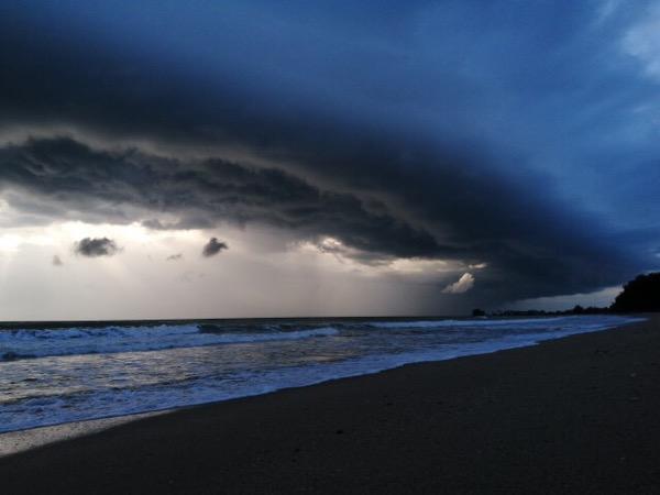 แปลกตา! เมฆประหลาดขนาดใหญ่คล้ายคลื่นสึนามิก่อตัวในทะเลหน้าหาดบางสัก