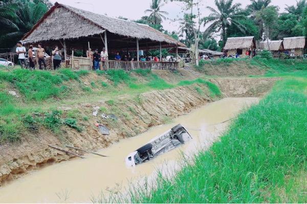 นาทีชีวิต! สาวน่านควบเก๋งเฉี่ยวชนรถตู้ เสียหลักตกบ่อเลี้ยงปลา ชาวบ้านช่วยกันงัดออกมา นำตัวส่งโรงพยาบาล