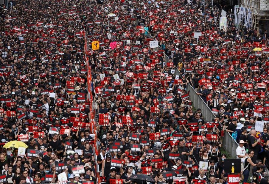 ผู้ชุมนุมแต่งดำกดดันผู้นำฮ่องกงลาออก สื่อมังกรจวกขี้ข้าต่างชาติสุมไฟต่อต้าน