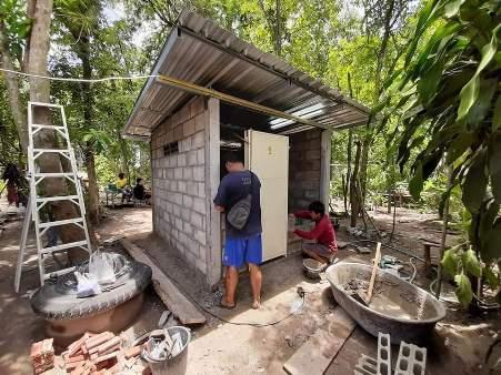 ชื่นชมกู้ภัยอุทัยฯรวมน้ำใจผู้ใจบุญช่วย 2 พ่อลูกไร้ห้องน้ำใช้ต้องขับถ่ายกลางทุ่ง-ต้องกางร่มทับมุ้งกันฝน