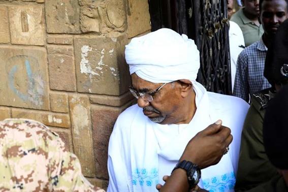 """In Clips :อดีตผู้นำซูดาน """"โอมาร์ อัล-บาชีร์""""  ปรากฎตัวครั้งแรกต่อสาธารณะตั้งแต่ถูกโค่นอำนาจ โดยสั่งฟ้องคดีคอร์รัปชัน"""