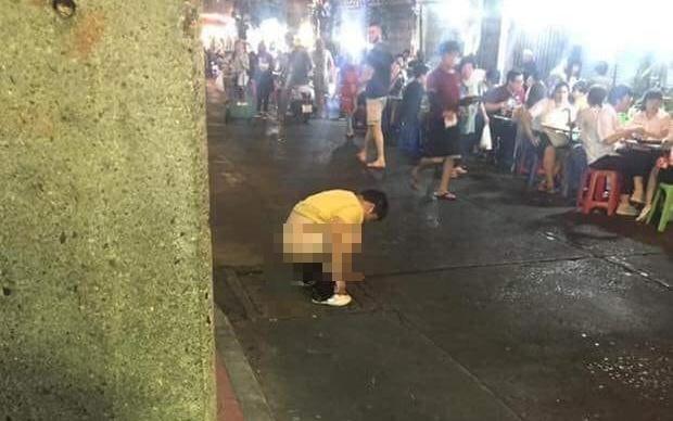 โผล่อีกราย! หนุ่มจีนปวดหนักทนไม่ไหว นั่งอึลงท่อกลางเยาวราช แถมฝั่งตรงข้ามร้านข้าว