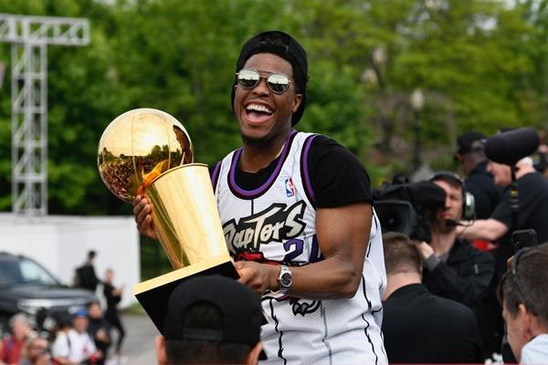 """""""แร็พเตอร์ส"""" เคลื่อนขบวนรอบ 26 ปี แห่แชมป์ NBA อวดฝูงชนนับล้าน"""