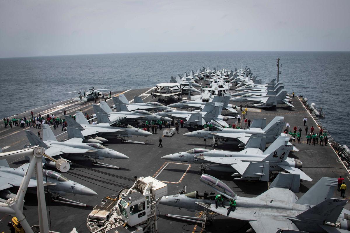 """เรือบรรทุกเครื่องบิน """"ยูเอสเอส อับบราฮัม ลินคอร์น"""" ของกองทัพสหรัฐฯ ลอยลำอยู่ในทะเลอาหรับ ท่ามกลางสถานการณ์ความตึงเครียดที่เพิ่มมากขึ้นระหว่างอิหร่านและสหรัฐฯ"""