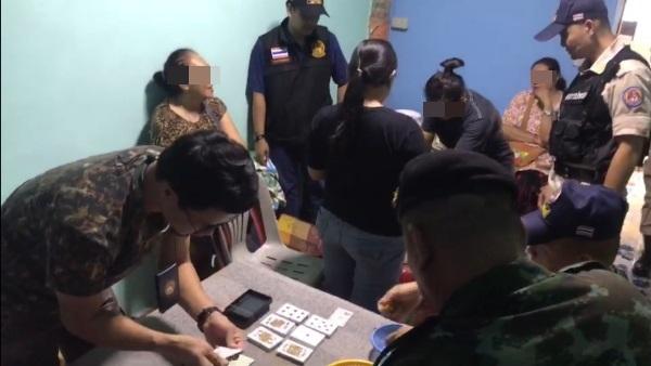 บุกจับเซียนพนันหญิงจ่ายค่าต๋งตึกแถวหน้าขุนน้ำนางนอน ล้อมวงเล่นไพ่อุกอาจ
