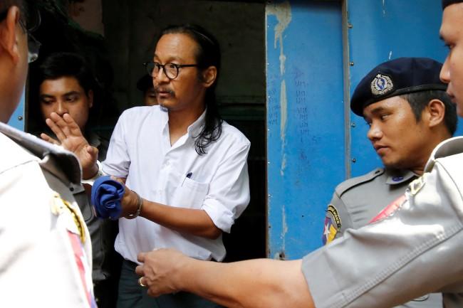 นักเคลื่อนไหวพม่ารวมตัวค้านทหารจับนักวิจารณ์ขึ้นศาล ร้อง 'ซูจี' ช่วยทำอะไรสักอย่าง