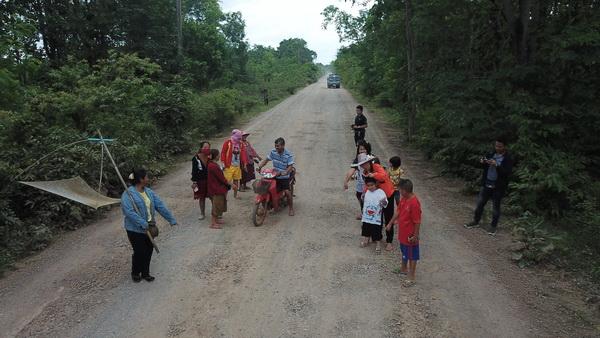 สภาพถนนเชื่อมหมู่บ้านจาก อ.นาแก ไป อ.ปลาปาก จ.นครพนม เสียหายหนักมากว่า 10 ปี ยังไม่มีหน่วยงานใดมาซ่อมแซมให้