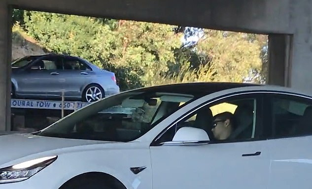 ผู้ร่วมทางหวาดเสียว!!ผู้ขับขี่หลับคอพับขณะอยู่หลังพวงมาลัย(ชมคลิป)