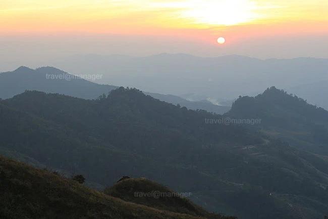 บรรยากาศยามพระอาทิตย์ตกดิน เมื่อมองจากยอดดอยผาตั้ง