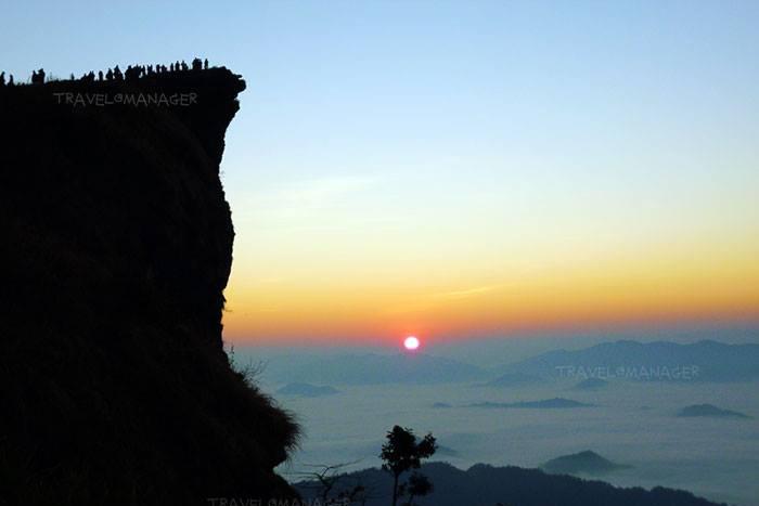 ภูชี้ฟ้ากับวิวของหน้าผายอดภูที่ชี้เด่นขึ้นสู่ท้องฟ้าอันเป็นเอกลักษณ์