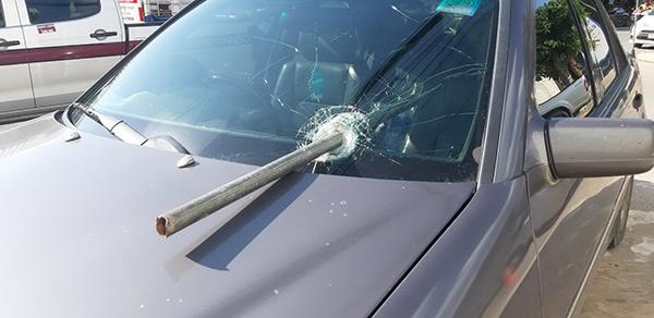 หวิดดับ!! เหล็กตกจากเทรลเลอร์พุ่งใส่ทะลุกระจกรถเก๋งกลางถนน