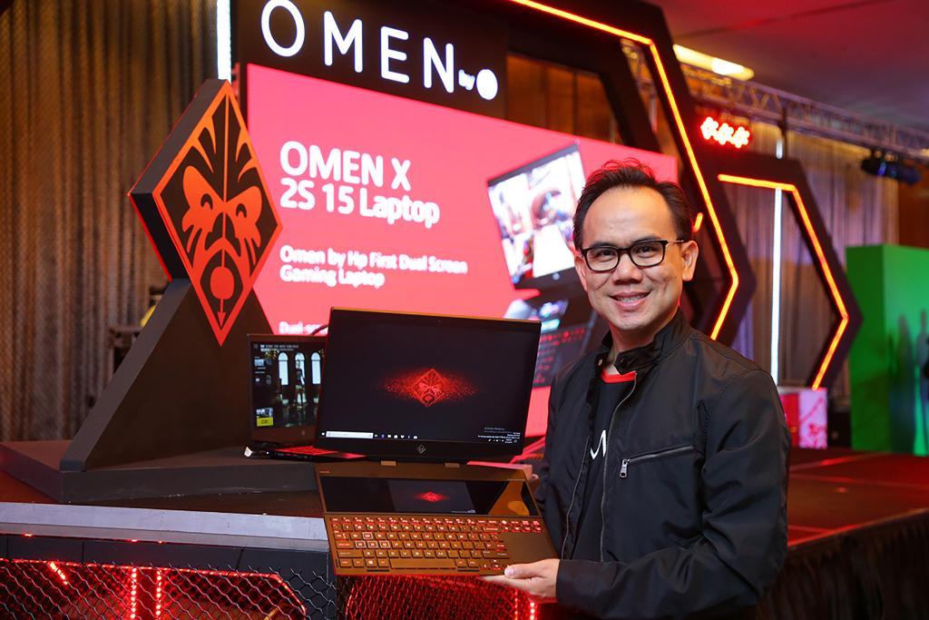 ปวิณ วรพฤกษ์ กรรมการผู้จัดการ บริษัท เอชพี อิงค์ ประเทศไทย กับ HP OMEN X2S