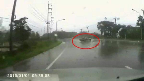 นาทีชีวิต!กระบะฝ่าฝนหมุนคว้างกลางถนนแม่สอด คนงานหลุดกระเด็นรถสวนทางหวิดทับดับ