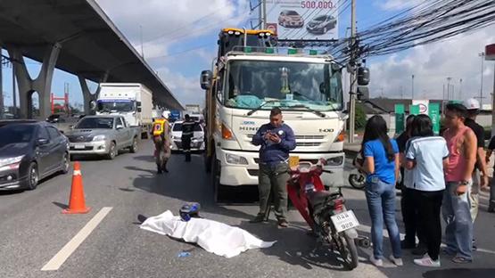 ชายสูงวัยซิ่งจักรยานยนต์ล้มถูกสิบล้อทับหัวดับกลางถนนบางนาตราด