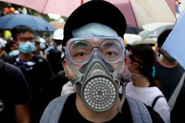 """ผู้ประท้วงฮ่องกงร้อง """"ถอน"""" กฎหมายส่งตัวผู้ร้ายข้ามแดน ปิดล้อมสำนักงานตำรวจ"""