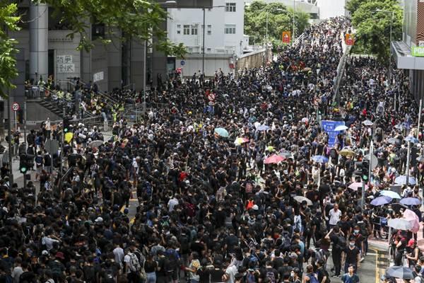กลุ่มประท้วงมาปิดล้อมสำนักงานตำรวจในหว่านไจ๋ ฮ่องกง (ภาพ เซาท์ ไชน่า มอร์นิ่งโพสต์โดย Felix Wong)