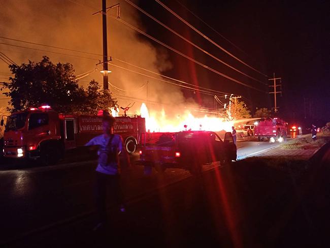 ไฟไหม้กลางดึกร้านรับซื้อไม้เก่าปทุมฯ เผาวอดรถยนต์ 2 คัน เสียหายกว่า 5 ล้านบาท