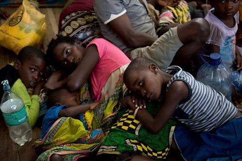 ผู้ประสบภัยที่ต้องพลัดพรากจากบ้านมาพักอาศัยอยู่ที่โรงเรียน Samora Machel  ในเมืองบูซิ ประเทศโมซัมบิก เนื่องจากบ้านเรือนได้รับความเสียหายอย่างหนักจากพายุไซโคลนและน้ำท่วม