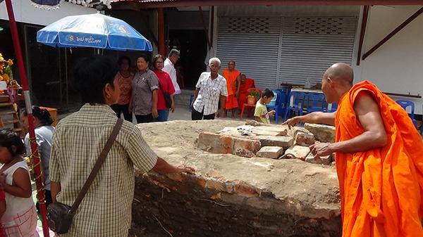 ชาวบ้านอ่างทองแห่ขอเลขเด็ด ตะเคียนหน้าโบสถ์วัดหลักแก้ว