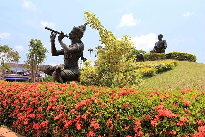 รูปปั้นพระอภัยมณีนั่งเป่าปี่อยู่หน้าเนินอนุสาวรีย์สุนทรภู่ อ.แกลง จ.ระยอง