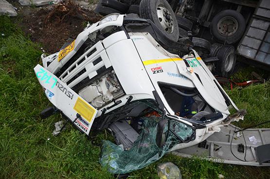 ฝนตกถนนลื่นรถเทรลเลอร์เสียหลักตกข้างทางคนขับบาดเจ็บ