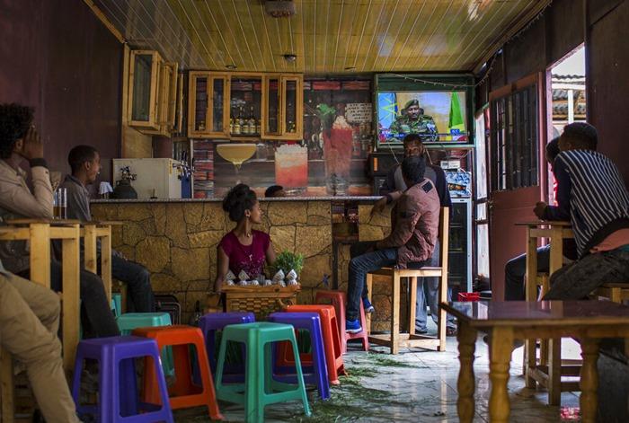 <i>ชาวเอธิโอเปียติดตามข่าวทางทีวีที่คาเฟ่แห่งหนึ่งในกรุงแอดดิสอาบาบาวันอาทิตย์ (23 มิ.ย.) </i>