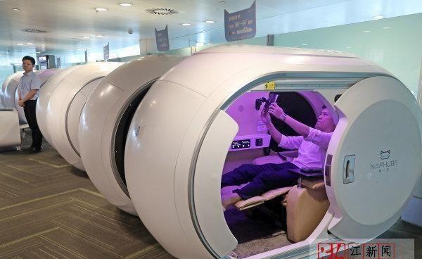 ชายคนหนึ่งกำลังลิ้มลองประสบการณ์ในห้องพักแคปซูลที่สนามบินนานาชาติเซียวซัน ณ เมืองหังโจว ภาพวันที่ 23 มิ.ย. (ภาพ เจ้อเจียง นิวส์)