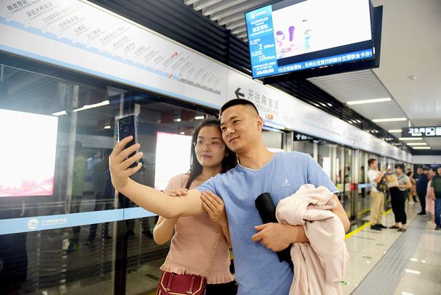 คู่รักถ่ายภาพเซลฟี่ที่สถานีรถไฟใต้ดินของ เมโทรไลน์ 1 ที่เพิ่งเปิดใหม่ในหลานโจว มณฑลกานซู ตะวันตกเฉียงเหนือของจีน ในวันอาทิตย์ที่ผ่านมา โดยรถไฟใต้ดินเป็นสายแรกของประเทศที่วิ่งลอดใต้แม่น้ำเหลือง ซึ่งเป็นแม่น้ำสายที่ยาวที่สุด อันดับสองของจีน (ภาพไชน่าเดลี)