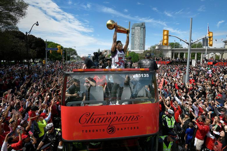 ทีมบาสเก็ตบอล โตรอนโต แร็ปเตอร์ พากันขึ้นรถแห่ฉลองแชมป์ NBA ปีล่าสุด