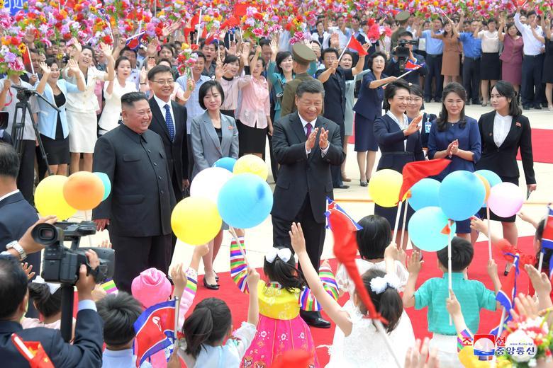 ประธานาธิบดี สี จิ้นผิง ของจีน ได้รับการต้อนรับอย่างยิ่งใหญ่และอบอุ่นขณะเดินทางเยือนเกาหลีเหนือ