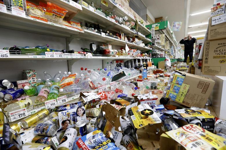 ข้าวของในร้านซูเปอร์มาร์เก็ตหล่นกระจัดกระจาย จากเหตุแผ่นดินไหวในจังหวัดยามากาตะ ประเทศญี่ปุ่น