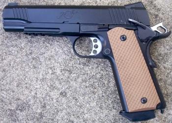 Kimber 1911: ใช้กระสุนขนาด.45 ACP เป็นปืนคลาสสิคอีกรุ่นของโลกที่ยังได้รับความนิยมในปัจจุบัน โดยมันเป็นอาวุธที่ตุลาการหยิบขึ้นมาเพื่อใช้ทำโทษ เดอะ โบเวอรี่ คิง จ้าวแห่งท้องถนน