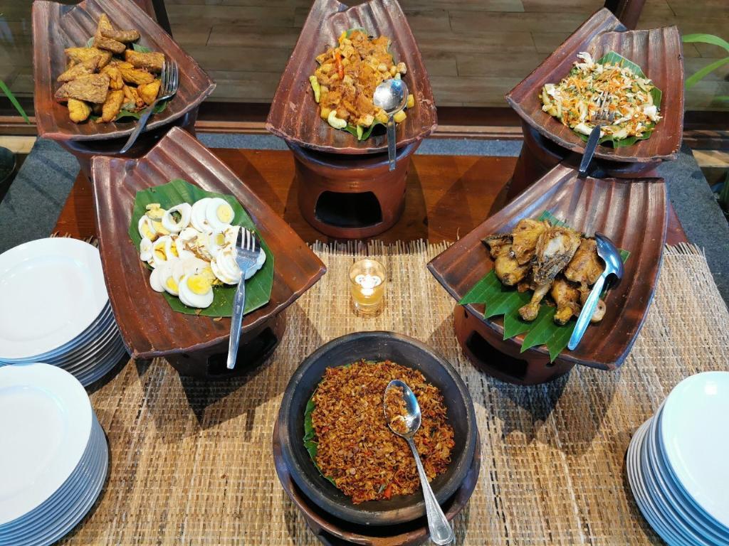 บุฟเฟ่ต์อาหารท้องถิ่น ที่ Abhayagiri Restaurant