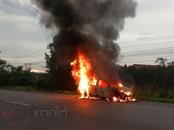 ระทึก! ไฟไหม้รถเก๋งของโรงเรียนสอนขับรถ โชคดีพนักงาน 3 ชีวิตหนีออกทันควัน