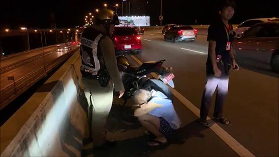 ตำรวจสายตรวจช่วยสาวร่ำไห้จะกระโดดสะพานพระนั่งเกล้าฆ่าตัวตาย