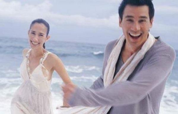 """ขอบคุณที่ดูแลกันเหมือนวันแรก! """"วิลลี่"""" อวดภาพคู่หวาน """"เยลหลี"""" ฉลองแต่งงาน 13 ปี"""