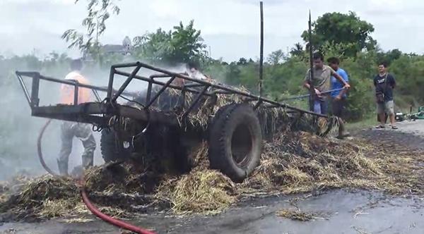 ระทึก ! เกิดไฟลุกไหม้ฟางข้าวแห้ง ที่ 2แม่ลูกบรรทุกใส่รถอีแต๊กมาเต็มคัน