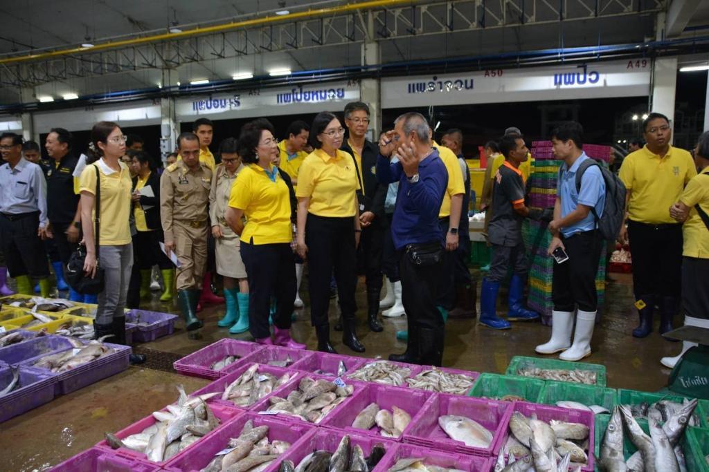 """""""พาณิชย์""""ลงพื้นที่ตลาดทะเลไทย ยันไม่พบการทำประมงผิด IUU"""