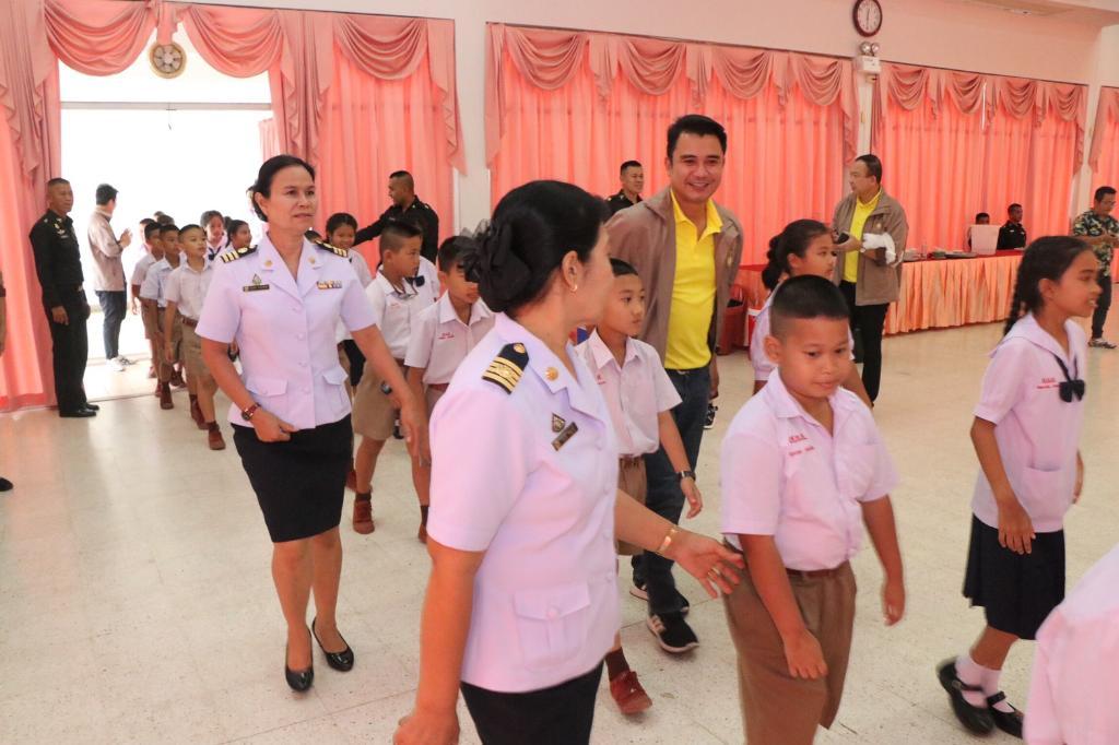 4ส.10 มอบอุปกรณ์การเรียน-ทุนการศึกษา เด็กลพบุรี ระหว่างดูงานเสริมสร้างสังคมสันติสุขครั้งที่1