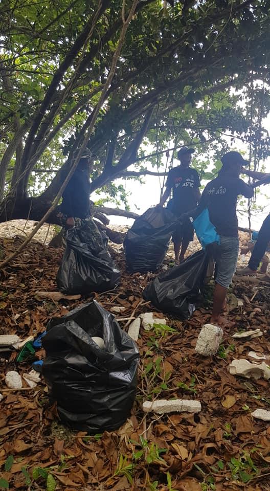เจ้าหน้าที่ช่วยกันคัดเลือกขยะพลาสติกที่นำไปขายและรีไซเคิลได้