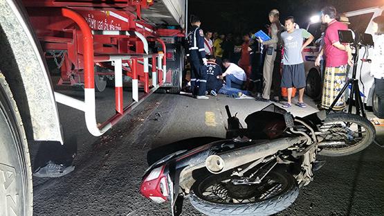 จักรยานยนต์เฉี่ยวกันล้ม รถเทรนเลอร์เหยียบหัวซ้ำตาย 1 เจ็บ 1
