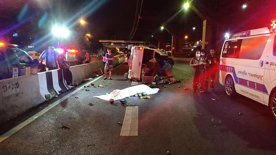 กระบะจอดเสียคนขับลงมาดูถูกรถขนผลไม้ชนท้ายลากร่างไป 10 เมตรเสียชีวิต