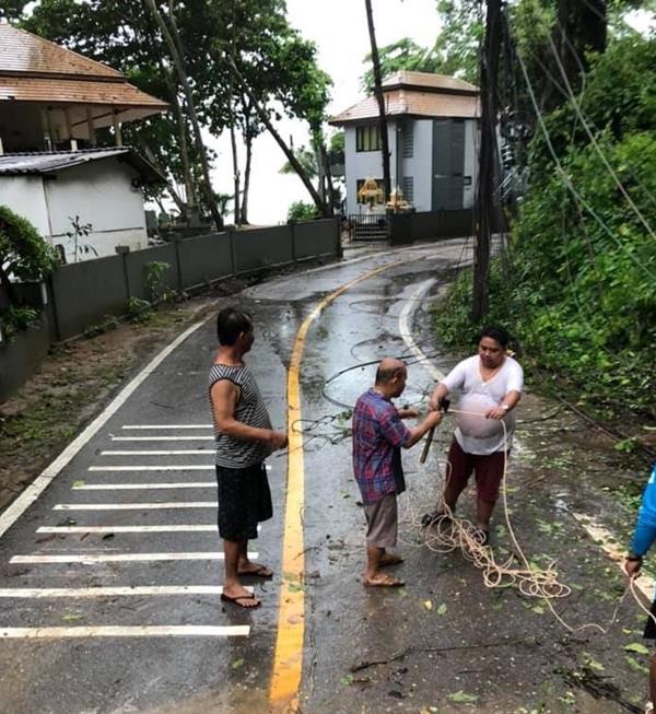 ฝนหนักเกาะช้าง จ.ตราด ทำพายุพัดต้นไม้ล้มทับเสาไฟฟ้าโค่น-คลื่นทะเลสูง