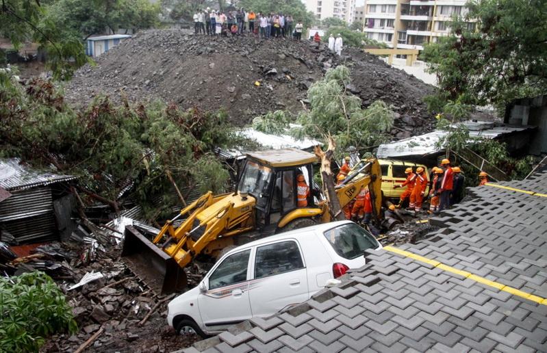 In Pics: กำแพงสูง 3 เมตรพังถล่มทับบ้านพักคนงานในอินเดีย ดับแล้ว 15 ศพ
